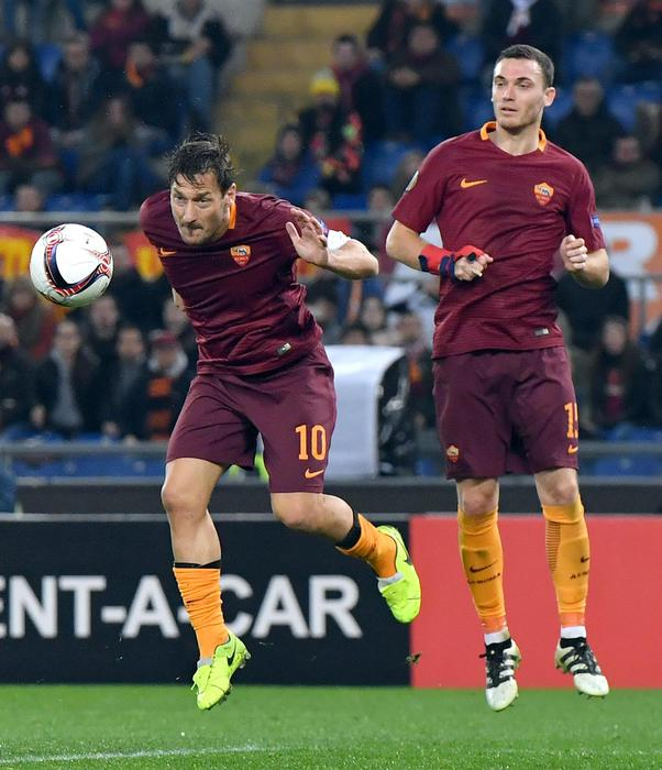 AS Roma's Francesco Totti (L) in action during the UEFA Europa League round of 32 second leg soccer match between AS Roma and Villarreal CF at the Olimpico stadium in Rome, Italy, 23 February 2017. ANSA/ETTORE FERRARI