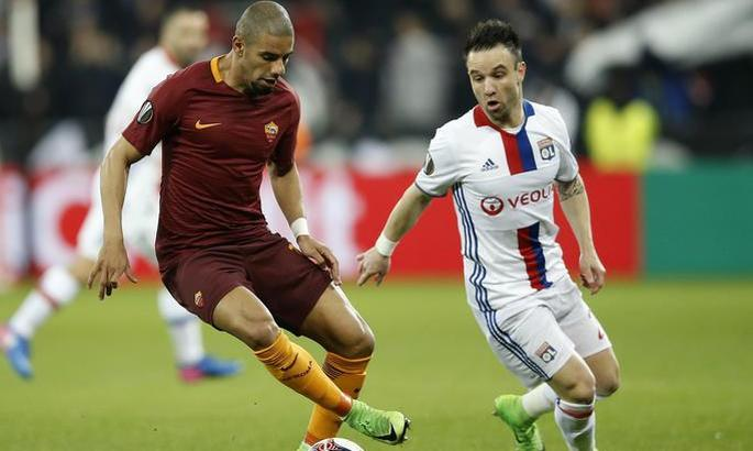 epa05839525 AS Roma's Bruno Peres (L) vies for the ball with Olympique Lyonnais' Mathieu Valbuena (R) during the UEFA Europa League Round of 16 soccer match between Olympique Lyon and AS Roma in Lyon, France, 9 March 2017.  EPA/GUILLAUME HORCAJUELO