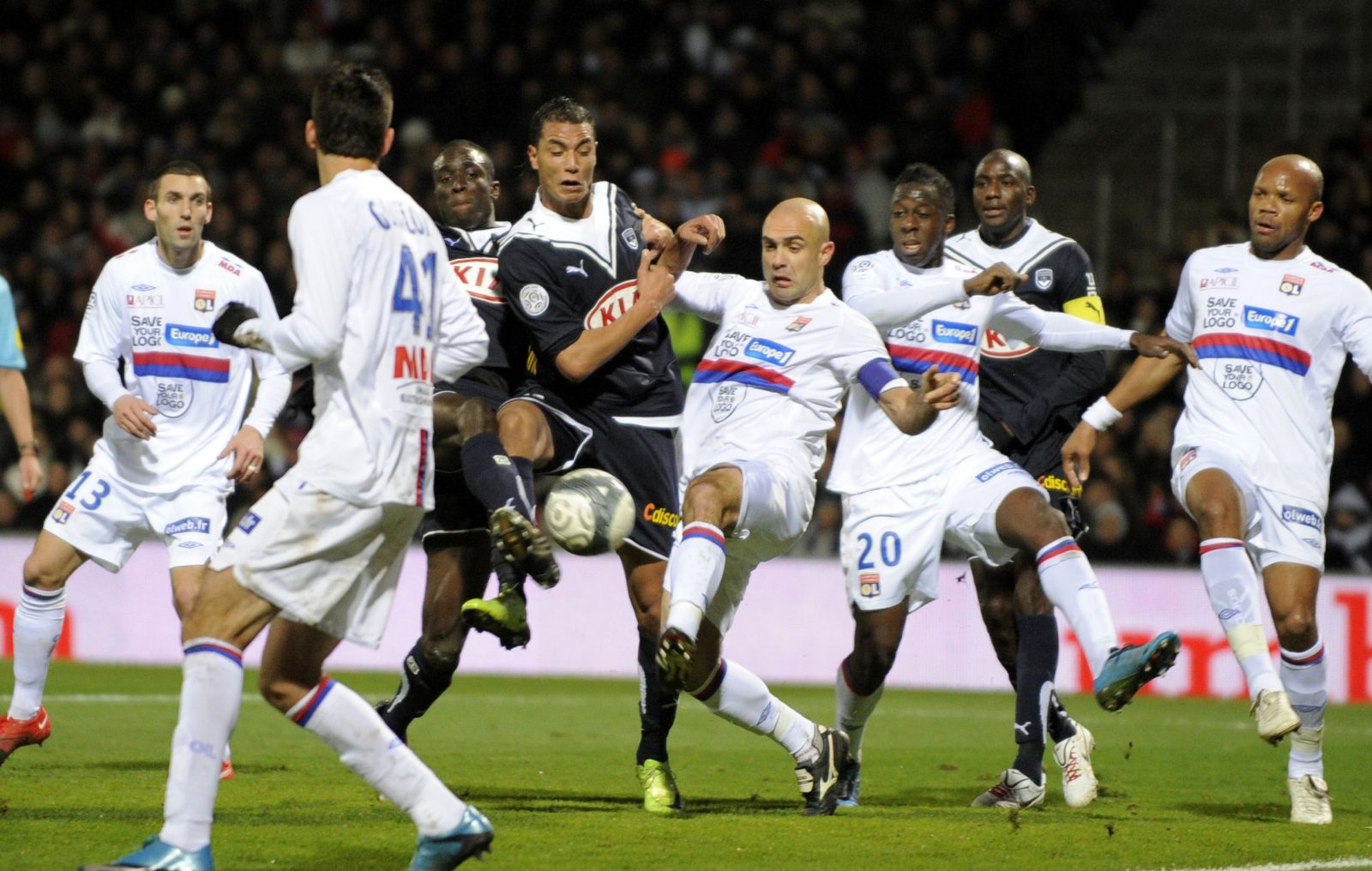 FOOTBALL - FRENCH CHAMPIONSHIP 2009/2010 - L1 - OLYMPIQUE LYONNAIS v GIRONDINS BORDEAUX - 13/12/2009 - PHOTO JEAN MARIE HERVIO / DPPI - MAROUANE CHAMAKH (BDX) / CRIS (OL)