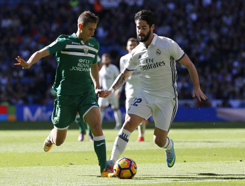 epa05619637 Real Madrid's midfielder Isco (R) vies for the ball with Leganes' Argentine midfielder Alexander Szymanowski (L) during the Primera Division Liga match between Real Madrid and Leganes held at the Santiago Bernabeu Stadium in Madrid, Spain, 06 November 2016. EPA/MARISCAL