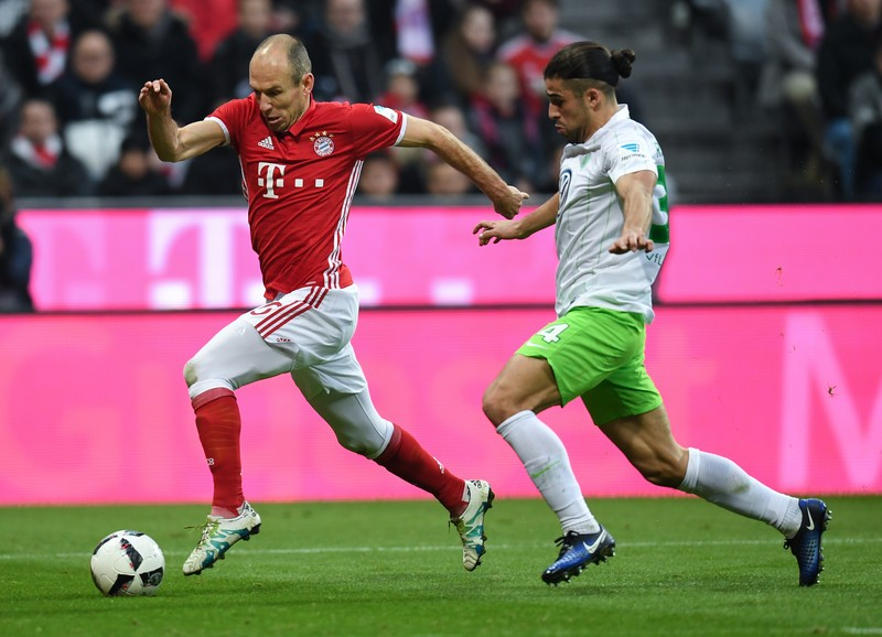 epa05669056 Munich's Arjen Robben (L) and Wolfsburg's Ricardo Rodriguez vie for the ball in the German soccer Bundesliga fixture between Bayern Munich and VfL Wolfsburg in the Allianz Arena in Munich, Germany, 10 December 2016. (EMBARGO CONDITIONS - ATTENTION: Due to the accreditation guidelines, the DFL only permits the publication and utilisation of up to 15 pictures per match on the internet and in online media during the match.)  EPA/Sven Hoppe