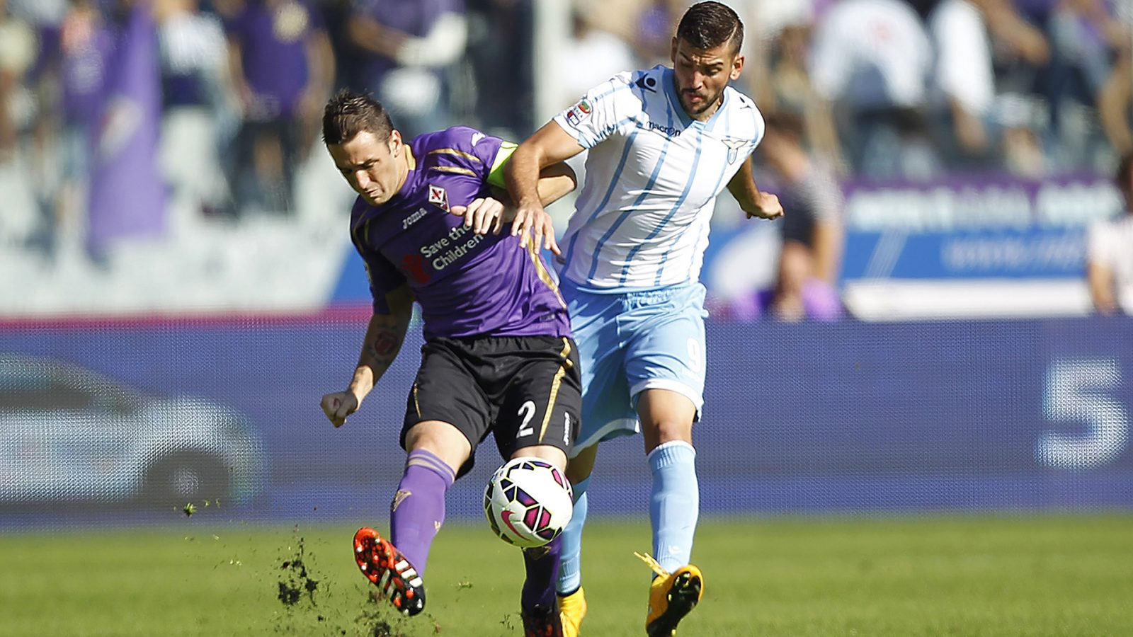 FLORENCE, ITALY - OCTOBER 19: Gonzalo Rodriguez of ACF Fiorentina fights for the ball with Filip Djordjevic of SS Lazio during the Serie A match between ACF Fiorentina and SS Lazio at Stadio Artemio Franchi on October 19, 2014 in Florence, Italy. (Photo by Gabriele Maltinti/Getty Images)