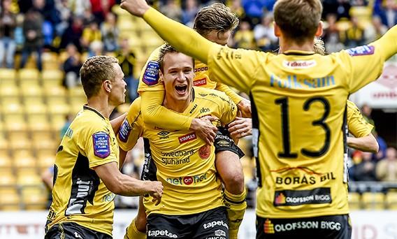 150802 Elfsborgs Viktor Prodell firar med lagkamraterna efter 2-0 under en fotbollsmatch i Allsvenskan mellan Elfsborg och Halmstad den 2 augusti 2015 i Borås. Foto: Jörgen Jarnberger / BILDBYRÅN / Cop 112