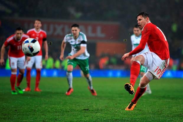 uels-severnaya-irlandiya-10-hronika-matcha-evro-2016video-gola-onlayn-v-1-8-finala-chempionata-evropy-sostoitsya-principialneyshee-britanskoe-derbi_1